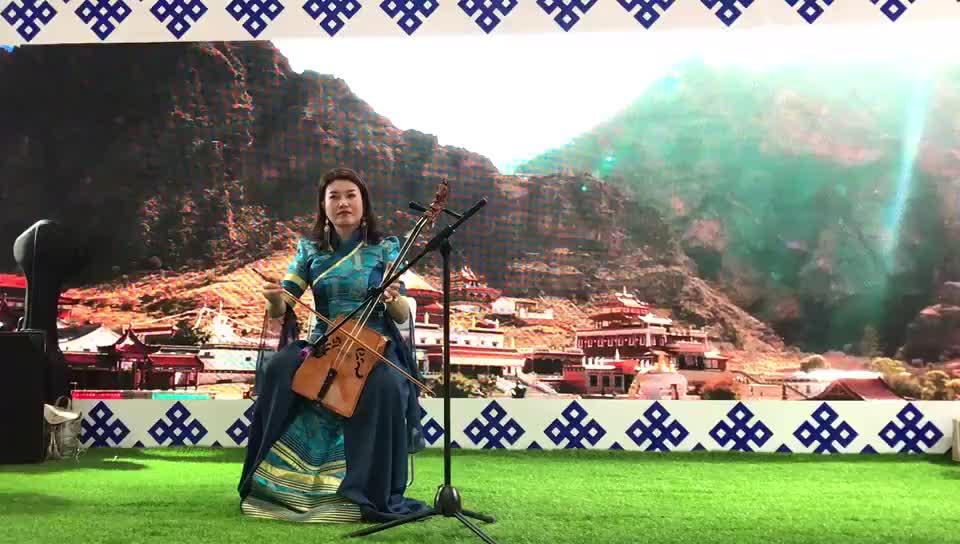 Монгольская скрипка из автономного района Внутренняя Монголия демонстрируется на Пекинской международной туристической выставке-2019