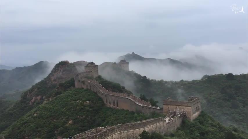 Великолепный вид на море облаков на участке Великой китайской стены Цзиньшаньлин!