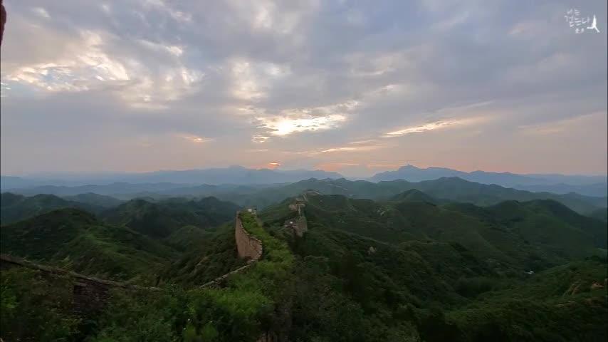 Cloud-shrouded Jinshanling Great Wall