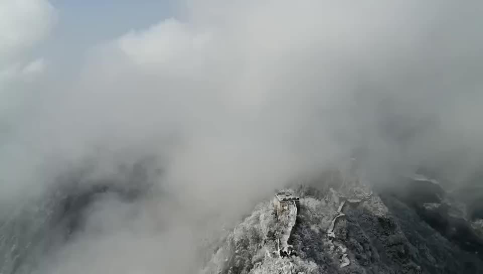 La Grande Muraille de Mutianyu dans la neige, les nuages sont comme un paysage féerique